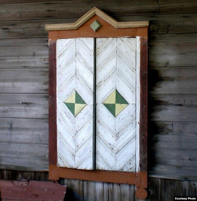 Як і чалавек вочы, уночы дом «заплюшчваў» свае вокны аканіцамі