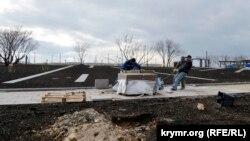 Строительные работы на территории у Свято-Георгиевского монастыря