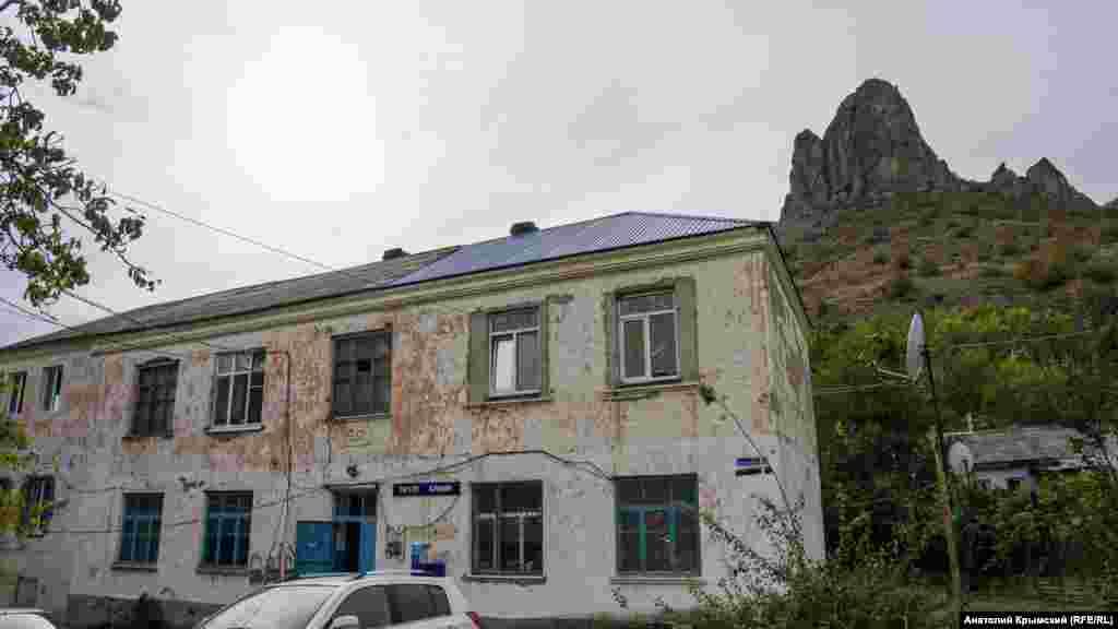 Eski köy mektebiniñ binası. Şimdi mında poçta bölügi çalışa ve mesken daireleri bar