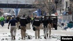 Силы безопасности проводят эвакуацию на месте взрывов на Бостонском марафоне. 15 апреля 2013 года.