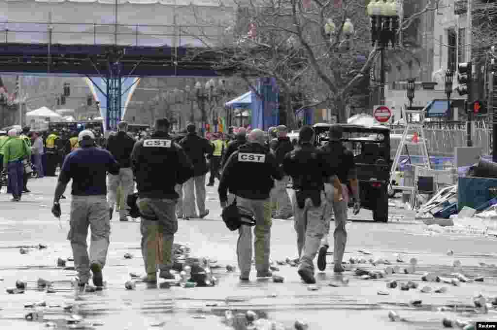 Працівники служб громадської безпеки просять людей покинути місце події