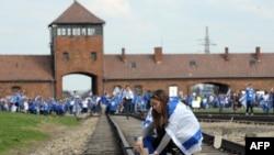 یهودیان جوان در مراسم بزرگداشت قربانیان هولوکاست در بازداشتگاه آشویتس در لهستان