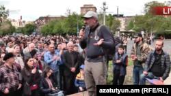 Лидер оппозиционной партии «Гражданский договор» и инициативы «Мой шаг» Никол Пашинян обращается к активистам, заблокировавшим площадь Франции в Ереване, 14 апреля 2018 г.