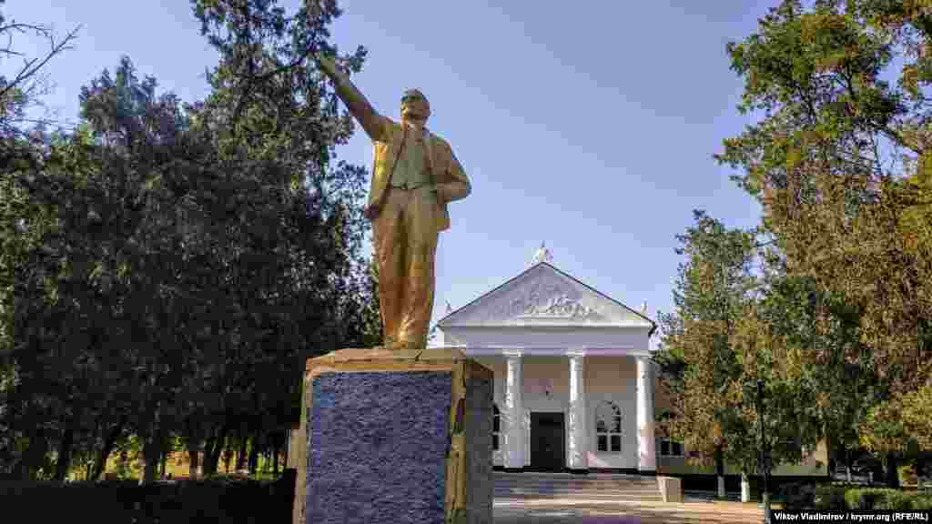 Позолочений пам'ятник Леніну в кримському селі Завіт-Ленінський. У травні 2016 року парламент України ухвалив постанову про перейменування села в Кучук-Алкали відповідно до законів про декомунізацію