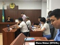 Судья Бекзат Шалгимбаев, рассматривающий дело об убийстве инспектора Ерлана Нургалиева, заслушивает ходатайство адвоката потерпевшего Петра Ницыка. Караганда, 27 августа 2019 года.