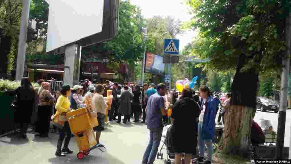 Во время празднования Дня единства в Алматы.
