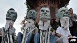 Članovi nevladinih organizacija na performansu uoči izbora kako bi motivisali građane da glasaju i naprave političke promjene sa maskama sa likom Dragana Čovića, Harisa Silajdžića, Milorada Dodika i Sulejmana Tihića, Sarajevo 1. oktobar 2010.