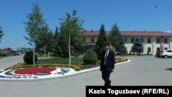 Сотрудник пресс-службы регионального центра Свидетелей Иеговы Мади Е. на фоне административного здания религиозного объединения. Алматы, 6 июля 2017 года.