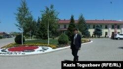 Иегова куәгерлері діни бірлестігінің әкімшілік ғимараты алдында келе жатқан адам. Алматы, 6 шілде 2017 жыл.