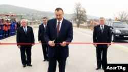 Президент Азербайджана Ильхам Алиев открывает новореконструированную дорогу Баку-Шамахы, 26 ноября 2009