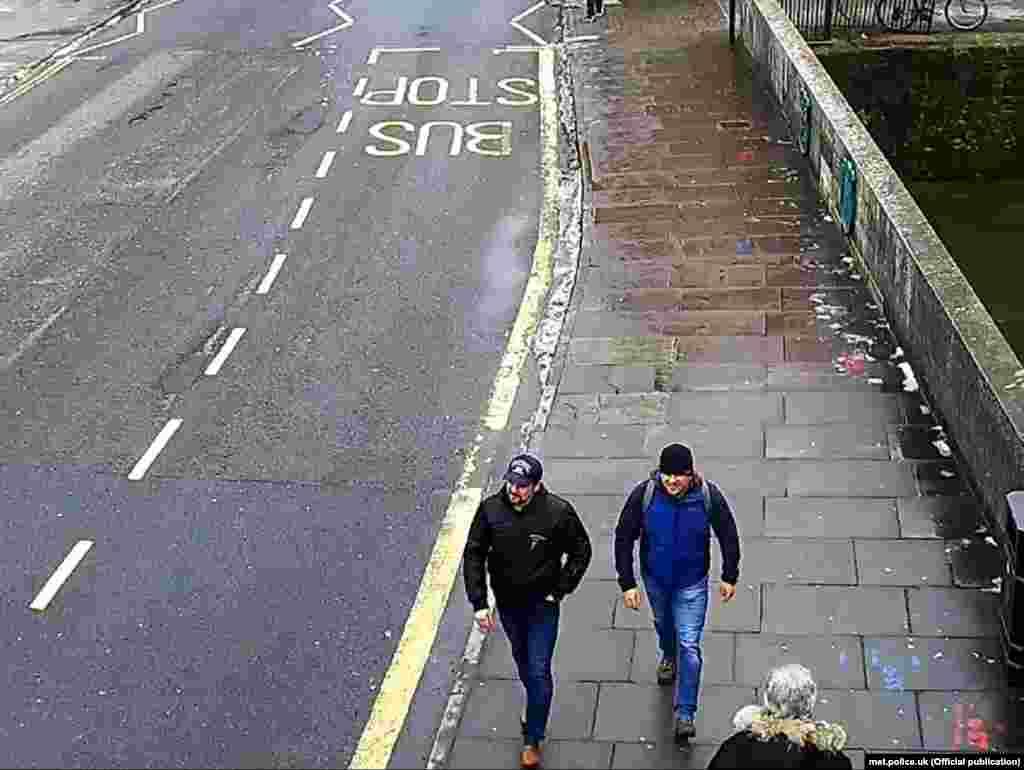 Подозреваемые на улице Фишертон в центре Солсбери направляются к железнодорожной станции. Кадр с камеры слежения. 4 марта, 13:05.