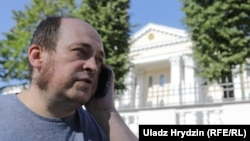 Паўлюк Быкоўскі каля будынку Сьледчага камітэту, 10 жніўня 2018 году
