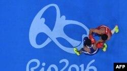 Özbegistanly Şahobidin Zoirow (gyzyl) russiýaly Mişa Aloýan (gök) bilen 2016-njy ýylda Rio da Žaneýroda geçirilen Olimpiýa oýunlarynda çykyş edýär, 21-nji awgust, 2016-njy ýyl