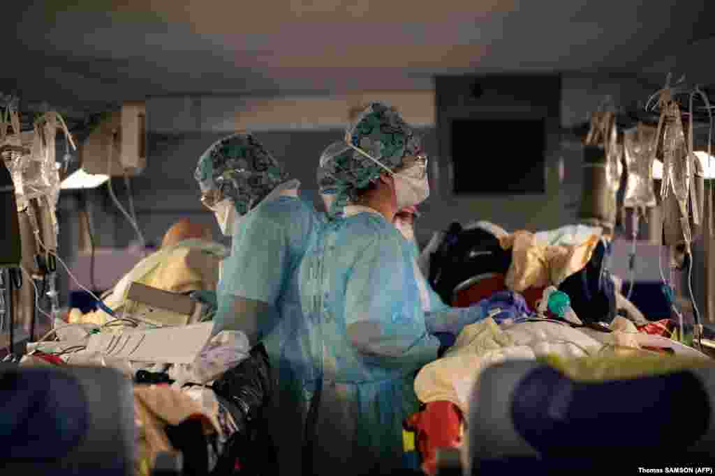 Медицински екип работи с пациенти на борда на високоскоростен влак на гарата Гар д'Остерлиц в Париж, 1 април.