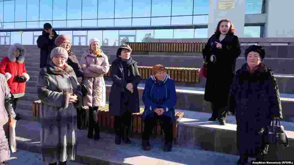 Алматы қаласының әкімі Бауыржан Байбекпен кездесуге кіре алмаған тұрғындар. 20 ақпан 2019 жыл