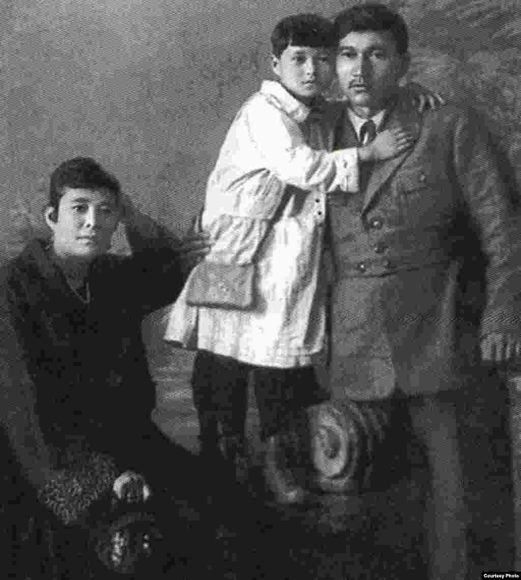 Міржақып Дулатов әйелі Ғайнижамал және қызы Гүлнәрмен бірге түскен суреті. Орынбор, 13 маусым 1923 жыл.