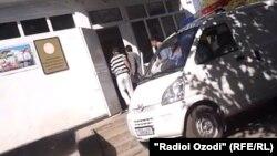 Таджикского муллу сопровождают в зал суда. Душанбе, 21 октября 2013 года.