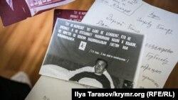 На архівному знімку Бекір Умеров у себе вдома в селищі Кримськ (Краснодарський край) під час голодування. На стіні за ліжком – агітаційний плакат із цитатою Леніна про право націй на самовизначення