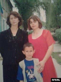 Саида Халикова (справа) с мамой Разият Исабековой и братом Ибрагимом. Новокаякент, 1990-е годы