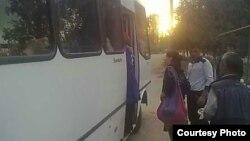 """Hasharchilarga ajratilgan """"Otayo'l"""" avtobusiga sig'mayotgan terimchilar."""