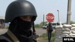 Украинские солдаты проверяют автомобили на КПП возле Славянска