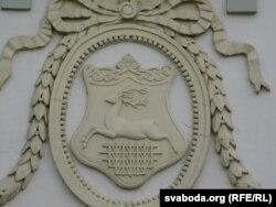 """Герб — """"алень сьвятога Губэрта"""" на былым палацы Храптовічаў на вуліцы Замкавай."""