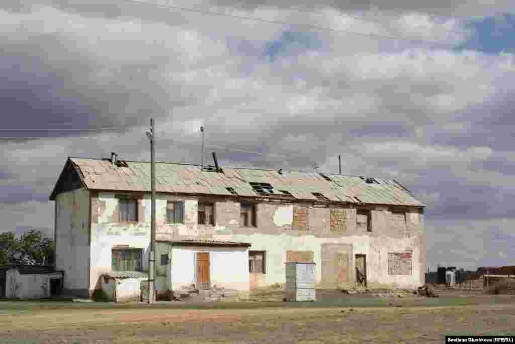 В этом двухэтажном доме сейчас проживает одна пенсионерка. Половина дома заложена кирпичами, чтобы его не разобрали на части.