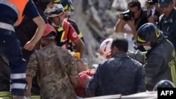 Рятувальники працюють на місці завалів у місті Аматріче, 24 серпня 2016 року