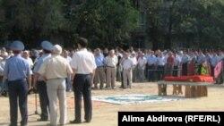 Похороны погибшего полицейского Рустема Кенжалина. Актобе, 31 июля 2011 года.