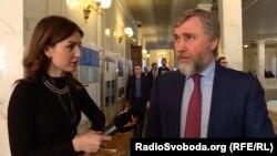 14 січня журналісти руху«Чесно» зафіксували позафракційного депутата Вадима Новинського за кнопкодавством
