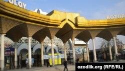 Главный вход Алайского рынка в Ташкенте.