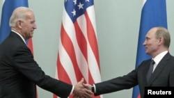АКШ вице-президенти Жо Байден менен орус президенти Владимир Путин.