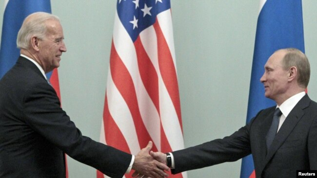 Tada premijer Rusije Vladimir Putin sastaje se s tadašnjim potpredsednikom SAD Džoom Bajdenom u Moskvi, mart 2011.