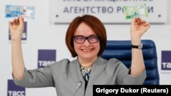 Глава Центробанка Эльвира Набиуллина представляет новые банкноты, 12 октября 2017 года.