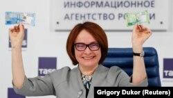 Глава Центрального банка России Эльвира Набиуллина представляет новые банкноты. Москва, 12 октября 2017 года.