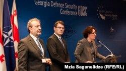 Министр обороны Тина Хидашели, обращаясь к присутствующим, заявила, что Грузия хочет большего, чем статус верного аспиранта НАТО