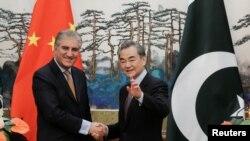 د چین د بهرنیو چارو وزیر وانګ یي (ښی) او د پاکستان د بهرنیو چارو وزیر شاه محمود قریشي