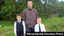 Віктар Бугаёў з сынамі на радзіме