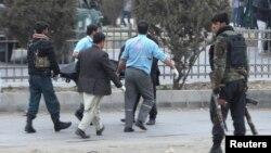 انتقال جسد یک قربانی انفجار در شهر کابل توسط پولیس