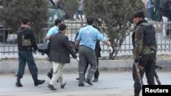 آرشیف، انتقال جسد یکی از قربانیان انفجار در کابل توسط پولیس