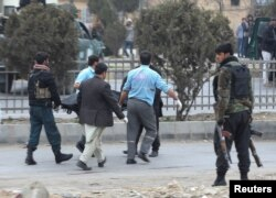 انتقال جسد یکی از قربانیان حادثه دیروز توسط پولیس کابل