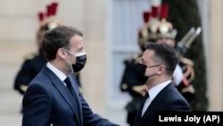 Fransiýanyň prezidenti Emmanuel Makron (çepde) Pariždäki Ukrainanyň prezidenti Wolodymyr Zelenskini bilen duşuşygynda, 16-njy aprel, 2021.