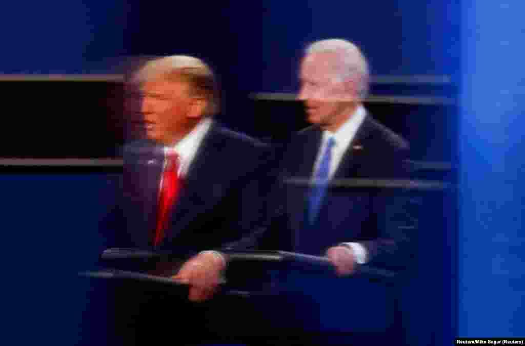 Donald Trump amerikai elnök és Joe Biden demokrata elnökjelölt tükröződése látható az egyik operatőrt védő üvegben a nashville-i elnökjelölti-vitán. A vita másnapján, október 23-án Donald Trump két kampányrendezvényt is tartott Floridában.