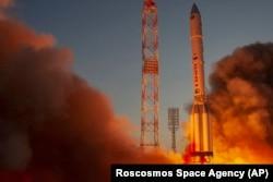 A Nauka modult szállító Proton–M hordozórakéta felszáll az indítóállásról a kazahsztáni Bajkonurban lévő orosz űrlétesítményben 2021. július 21-én