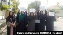 Nők tüntetnek a jogaik biztosításáért Kabulban 2021. augusztus 17-én