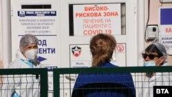 Пред входа на болница с пациенти с COVID-19 в Пловдив.