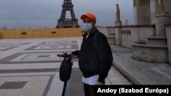 Andoy munkából hazafelé rollerezik 2021. május 11-én Párizs 16. kerületében