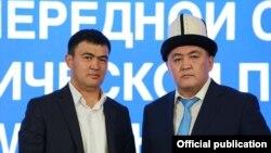 Лидер партии «Ата-Журт Кыргызстан» Айбек Маткеримов и председатель ГКНБ Камчыбек Ташиев. Фото сделано в 2020 году на съезде партии «Мекенчил» перед парламентскими выборами.