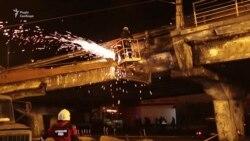 У Києві обвалилася частина огорожі на Шулявському мості (відео)