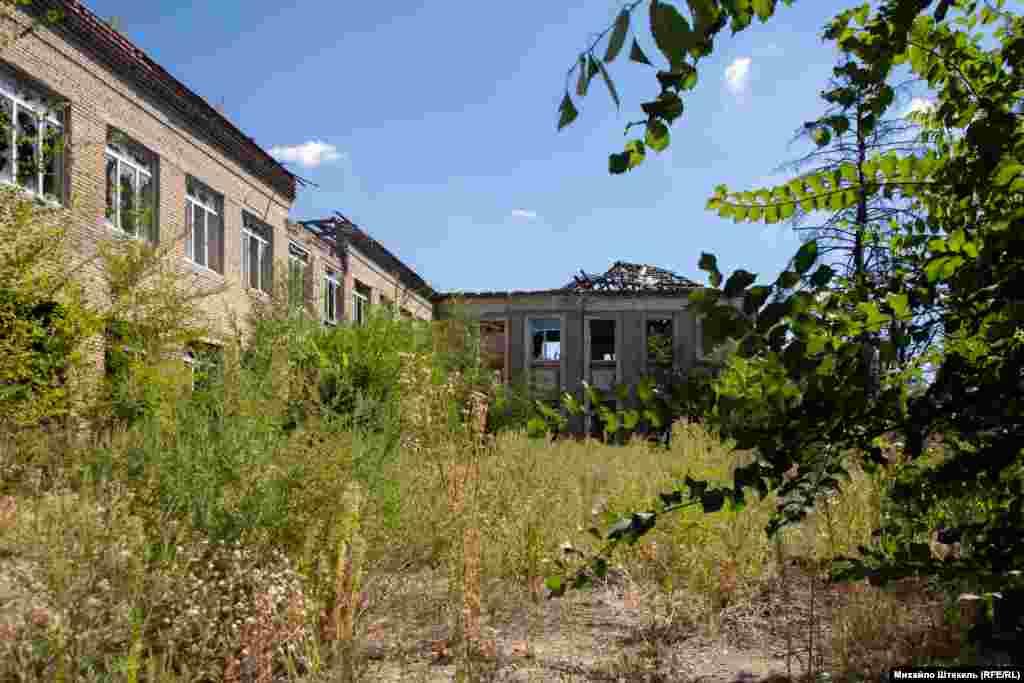 Розбитою стоїть центральна школа селища Піски
